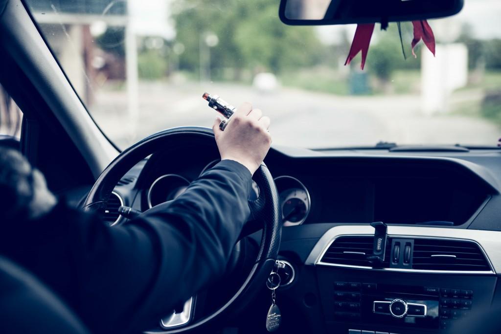 Cigarette électronique au volant